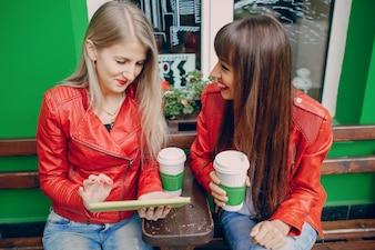 Mulheres lookint um tablet