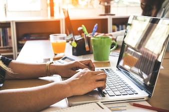 Mulheres trabalhando em conjunto, escritório interior