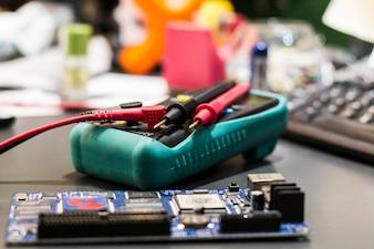 Multímetro com peças eletrônicas