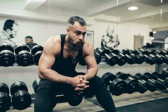 Músculo bíceps retouched mãos ombros e peito.
