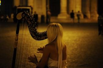 Músico tocando harpa