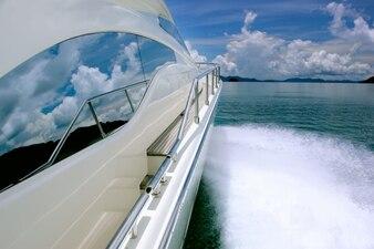 Navio rápido no mar