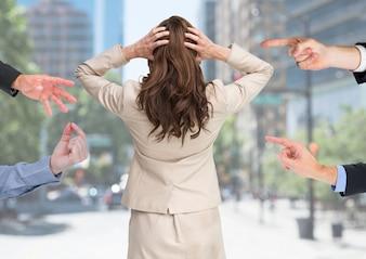 Negócio de pensamento Mulher de negócios estendidas azul