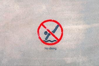 Nenhum sinal de aviso de mergulho na piscina.