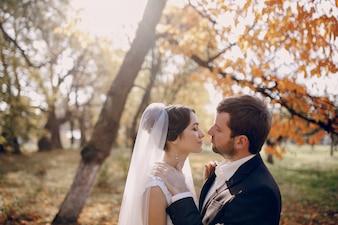 Newlyweds em uma floresta