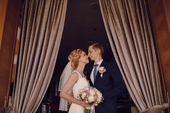 Newlyweds olhando para o outro antes de beijar