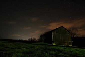 Noite sobre o celeiro