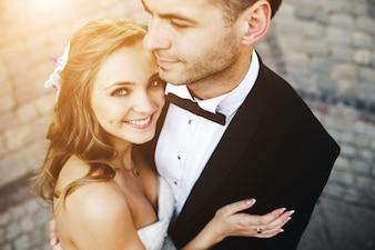 Noiva abraçando o marido sorrindo
