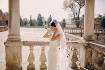 Noiva com colunas fundo
