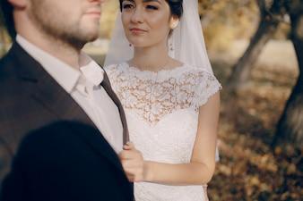 Noiva e noivo em uma floresta