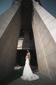 Noiva entre duas grandes colunas de cimento