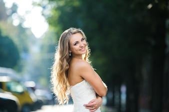 Noiva maravilhosa posando na luz solar