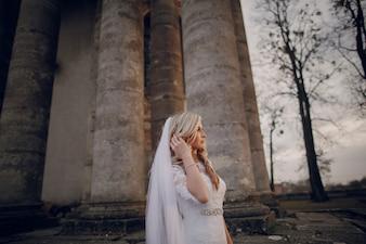 Noiva pensativa com colunas fundo