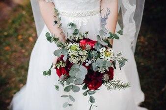 Noiva, segurando, buquet, flores, exterior