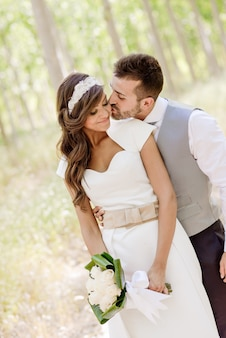 Noivo beijando sua noiva linda
