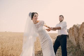 Noivo da noiva puxando