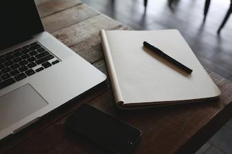 Notebook na mesa de madeira