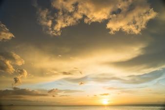Nuvens com um por do sol