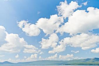 Nuvens no céu azul