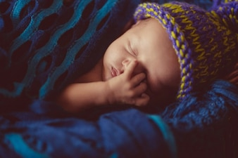 O bebê recém nascido incrível e doce dorme no cesto