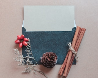 O cartão em branco se mapeia com artesanato e decorações de natal