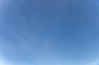 O céu azul bonito