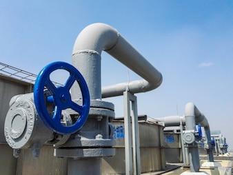 O grande tubo e válvula de refrigeração da central de ar condicionado