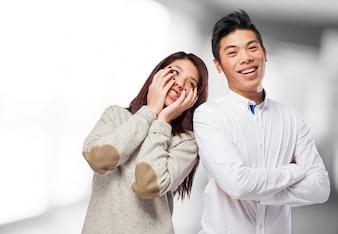 O homem de sorriso e mulher segurando seu rosto