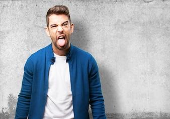 O homem enfiando a língua para fora