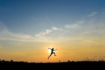 O homem salta na colina, idéia de conceito de negócios