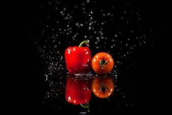 O papel e o tomate ficam no fundo preto