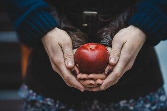 O par no amor mantem uma maçã vermelha