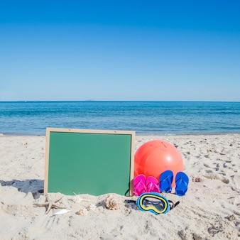 Objetos em composição em praia arenosa