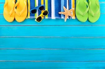 Óculos de sol e estrelas do mar da beira da praia