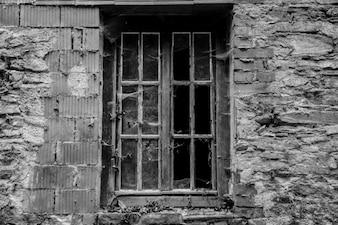 Velha janela quebrada