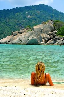 Onda turismo costa baía azul-turquesa