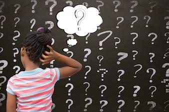 Opinião traseira o estudante com pontos de interrogação
