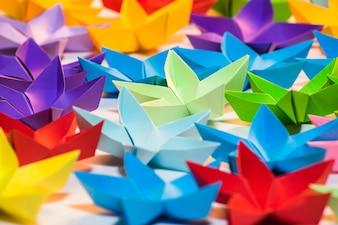 Origami feito à mão, estrelas coloridas de cinco pontas