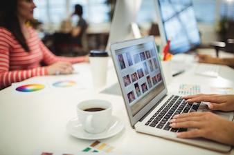 Os designers gráficos que trabalham em sua mesa