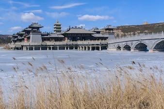 Os edifícios antigos sobre o lago