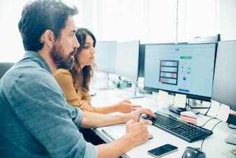 Os funcionários que trabalham com uma mesa digitalizadora
