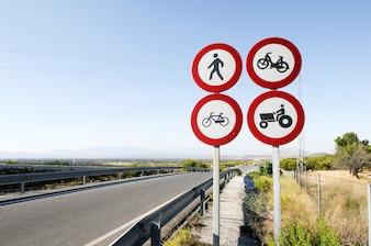 Os sinais de trânsito na estrada