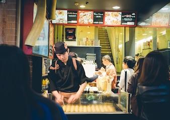 OSAKA, JAPÃO - SETEMBRO, 1: Chefs não identificados preparar takoyaki