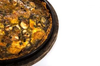 Ostras fritas em massa de ovos servido em prato quente de ferro