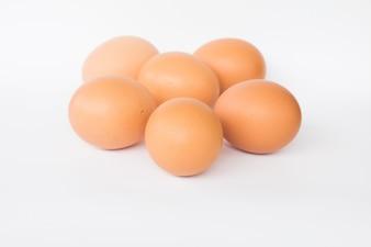 Ovos frescos em um fundo branco