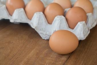 Ovos rurais frescos em uma placa de madeira