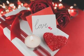 Pacote de presente com um coração e rosas no topo