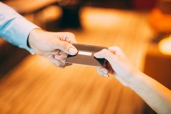 Pagamento de passagem negócios homem do dinheiro