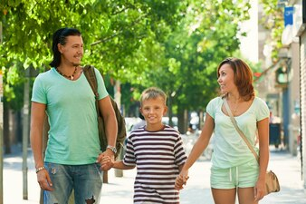 Pais felizes com filho adolescente