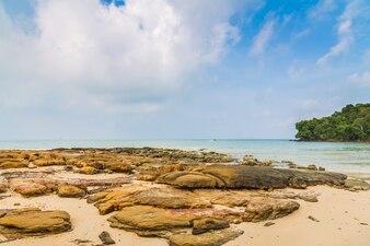 Paisagem com rochas e mar calmo
